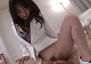 Oriental vigilance Ayumi Iwasa devours cock between their way trotters