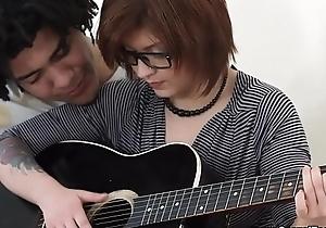Hermosa Teen Dweeb Cogida por su president de guitarra Brasile&ntilde_o.